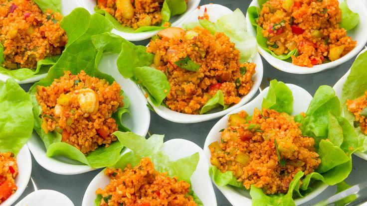 Kısır ist ein vegetarischer, veganer und kalter Salat aus feinemBulgur (eine Art fein bis grob gemahlener Hartweizen) der, ähnlich wie der Kuskus in Nordafrika oder