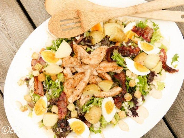 Deze maaltijd caesar salade is één van de favorieten op EtenvanEefke. Heerlijk met kip, spek, sla, aardappel, ei, croutons en een caesar dressing!