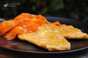 Il pollo alle carote è un umido di fettine di petto di pollo un po' spesse, che cuociono nel vino aromatizzato da nastri di carote. E' un piatto molto particolare, che non avevo mai mangiato finchè non me lo ha preparato la mia amica Lina, che ringrazio tanto. Qui ve lo propongo con qualche variante, ma immutato nello spirito.