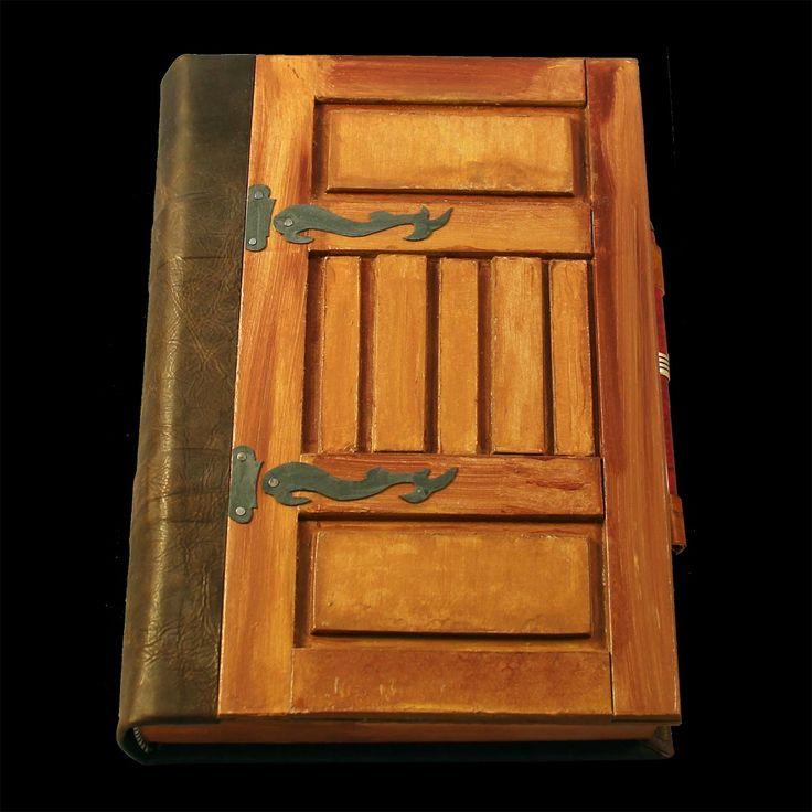 Copertina in mezza legatura, pelle e cartone colorato con acrilico. Piatto riproduce una porta in legno stile medievale realizzato con il cartone.