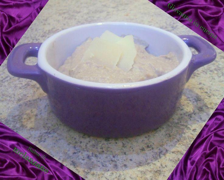 Salsa di melanzane (Melinzanosalata greca) Salsa di melanzane Ingredienti: 1 melanzana rotonde di media grandezza il succo di mezzo limone 125 gr di yogurt bianco greco 1 spicchio d'aglio un pizzico di cumino in polvere peperoncino in polvere olio di oliva Preparazione: 1. Con di una forchetta buchi