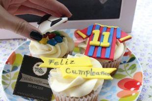 #Cupcakes decorados con la camiseta del FCB y un balón de fútbol sorpresa lleno de M & M's para un regalo de cumpleaños. #bogota
