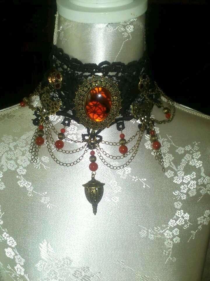 Gothic Victoriaanse choker op 30 jaar oud Venice lace met mooie bronzen en rood bruine ornamenten ..(Verkocht)
