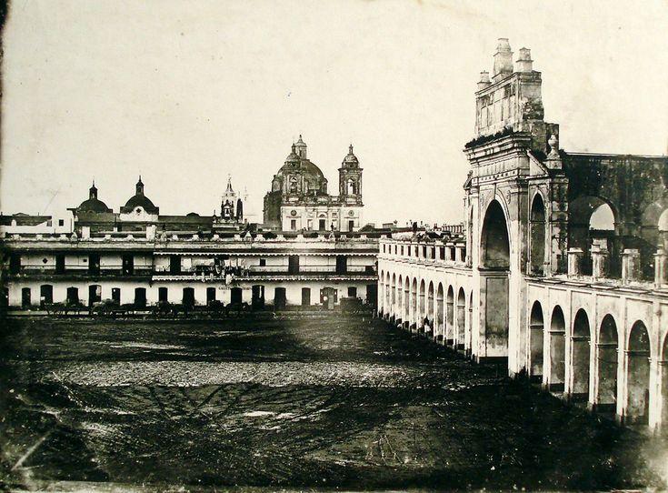 Testimonio de la vida argentina, principalmente de Buenos Aires, esta colección es el registro de imágenes más antiguo del país y está diponible en el portal EducAr. En la foto, la Plaza de la Victoria y Recova, 1849. Esta imagen pertenece a la serie de los primeros daguerrotipos hechos en el país.