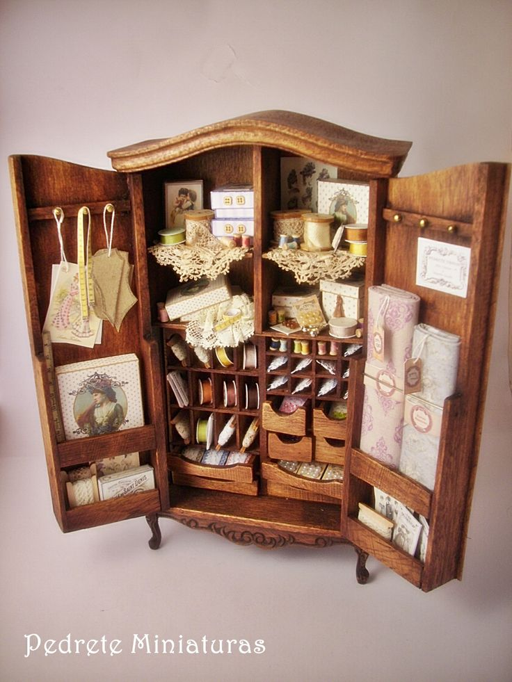 Armario de modista. Artisan Pedrete Trigos - Lovely and beautifully detailed armoire filled with thread, ribbon, lace and sewing essentials!