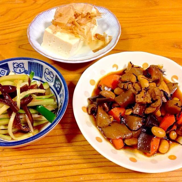 生きくらげ、初めて食べました。少し厚めに切って、少し茹でてポン酢で和えました。ラー油を少しいれて、ピリッとさせました。 - 44件のもぐもぐ - 五目煮。鶏肉、人参、こんにゃく、ごぼう、豆、ひじき、昆布。きゅうり、生きくらげ、みょうが、ラー油、ポン酢、ごま油。豆腐。 by 7788