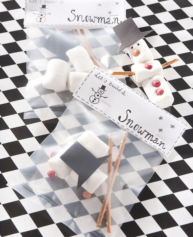 Je vult een zakje met allerlei lekkernijen, en dan kan deze heerlijke sneeuwpop in elkaar gezet worden. Dat is nog eens creatief! | Flairathome.nl #FlairNL
