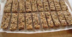 Εξαιρετική συνταγή για Σπιτικές μπάρες δημητριακών (granola). Οι μπάρες δημητριακών είναι πολύ δημοφιλείς στις μέρες μας, καθώς είναι υγιεινές, νόστιμες και προσιτές. Ακόμα καλύτερες είναι αν τις φτιάξετε εσείς φρέσκιες-φρέσκιες με δικά σας, ελεγμένα υλικά! Λίγα μυστικά ακόμα Μπορείτε να βάλετε ό,τι αποξηραμένα φρούτα θέλετε (βερύκοκκα,σταφίδες,φράουλες κτλ) καθώς και ξηρούς καρπούς (φουντούκια,καρύδια κτλ).Όταν θα το βγάλετε από το φούρνο το μίγμα θα είναι μαλακό,αλλά θα σκληρύνει μόλις…