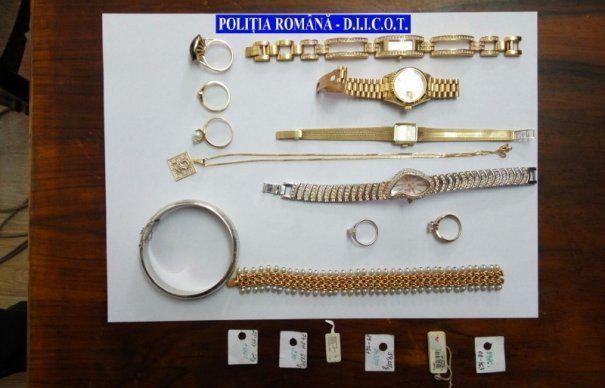 INFRACTORI ROMÂNI ÎN UE. Au spart acoperișul unui magazin din Slovacia și au FURAT sute de ceasuri de lux și bijuterii din AUR. Au fost PRINȘI în urma a 16 PERCHEZIȚII de către polițiștii de la Crimă Organizată și DIICOT