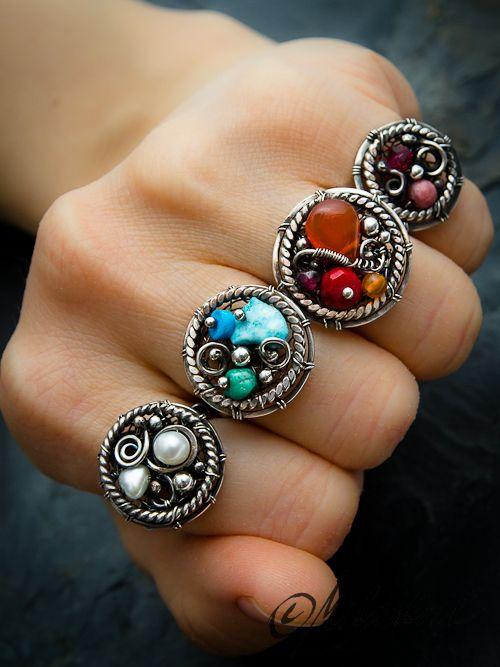 Fire+ring+Prsten+bájného+Fénixe...+Pevný+stříbrný+prsten+v+barvách+ohně+zhotovený+technikou+wire+wrapping.+Průměr+kolečka+je+cca+2+cm.+Velikost+prstenu+cca+54+a+průměr+je+1,8+cm.+Úprava+-+patina,+leštění.+Ag+925/1000,+karneol,+granát,+korál