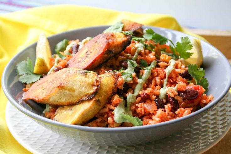 Mexicaanse rijst met banaan en bonen doen het goed op elke tafel. Een lekker kruidig rijst gerecht met heerlijk krokant gebakken banaan.
