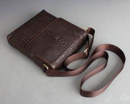 Pánska kožená taška cez rameno s motívom krokodíla v tmavo hnedej farbe (7)