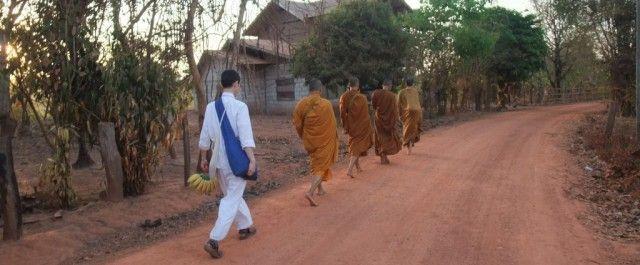 托鉢。人から食べ物をほどこしてもらい、一日をその食べ物だけで過ごす仏教の修行。仏教国のタイでは、こういった「施し・施される」ことが普通に行われているらしい。今回は、タイで托鉢の修行を経験した方に、「人から頂いたたべものを…