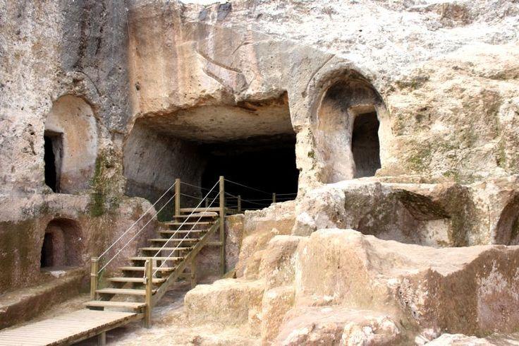 Ergani Hilar Mağaraları | Diyarbakır Valiliği Kültür Turizm Proje Birimi-Hilar Mağaraları, Ergani'nin güneyinde yer alan Hilar Köyü'nün doğusunda bulunmaktadır. Mağaraların ilçeye uzaklığı yaklaşık 7 km dir. Kayalardaki birçok tarihi eser, köyün girişindeki boğazda toplanmıştır. Diyarbakır Arkoloji Müzesinden alınan bilgilere göre Hilar Mağaraları Paleolitik dönemden itibaren yerleşime sahne olmuş,