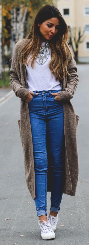 Witte broek grijs lang vest, crop top