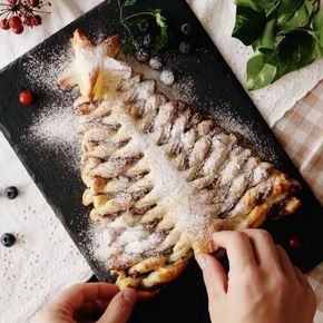 """5,937 Likes, 118 Comments - Tastemade Español (@tastemadees) on Instagram: """"#Árbol #Navideño de Nutella⠀ *Guarda esta receta en la app. Link en la bio*⠀ INGREDIENTES:⠀ 2 hojas…"""""""