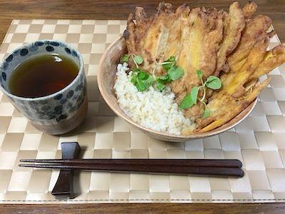 今日は安納芋でかき揚げを作って、玄米ご飯の上に載せ、洋風の野菜コンソメスープをかけて天茶(てんぷら茶漬け)を作りました。トッピングは洋風にスペアミント