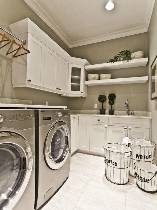 Coole Einrichtungsidee Für Kleine Waschküche Mit Weißen Schränken Und  Wandfarbe Grau
