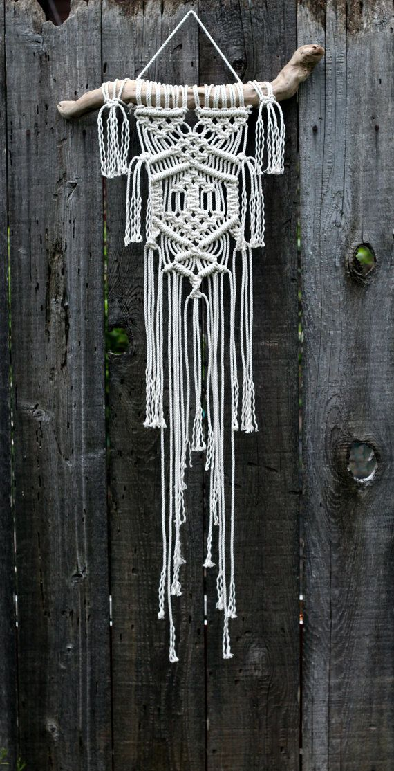 Hoi! Ik heb een geweldige listing gevonden op Etsy https://www.etsy.com/nl/listing/227493150/macrame-wall-hanging-on-drift-wood