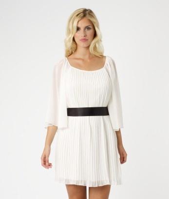 Vestido blanco plisado con cinturón de raso en negro