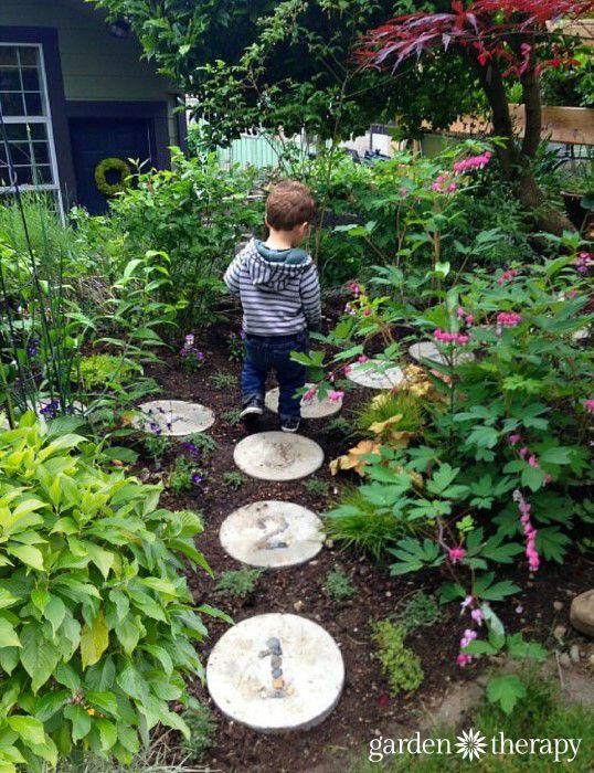 Apprendre à compter en s'amusant dans le jardin. Pas japonais avec des numéros. Un jeu pour les enfants.