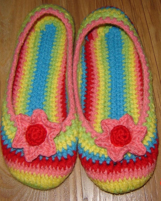 multi color slippers   Flickr - Photo Sharing!  You can get pattern link!