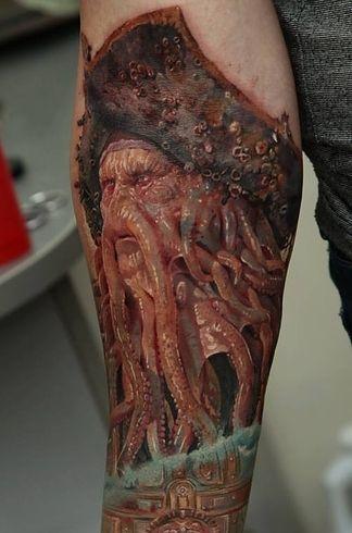 Samohin, quien trabaja fuera de su casa en Ucrania, ha hecho arte desde que tenía cinco años. Mientras hojeaba una revista de tatuajes durante su servicio militar, Samohin tomó la decisión de convertirse en un artista del tatuaje.   Este artista tatuador ucraniano hace los tatuajes más realistas del mundo