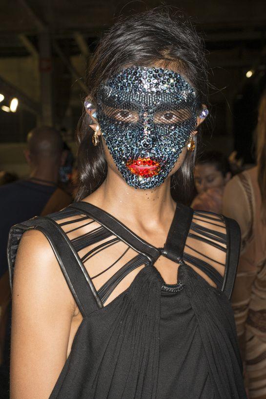 En backstage du défilé Givenchy printemps-été 2014 http://www.vogue.fr/beaute/en-coulisses/diaporama/en-backstage-du-defile-givenchy-printemps-ete-2014/15482/image/861878#!5