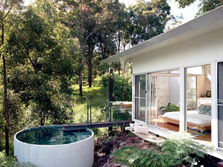 Aufstehen und reinspringen! Das ist die sympathische Idee von solch kleinen, hübschen Pools. Hier wird mit einer kleinen Brücke der Gang vom Schlafzimmerz