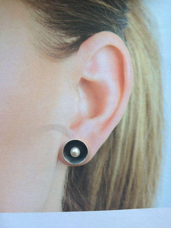 Geoxideerd zilver oorbellen met witte parel door ROTGERjewelry