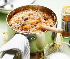 Lättlagat och enkelt recept på annorlunda och god gröt med frukt! Du gör fruktgröten av aprikoser, katrinplommon, havregryn, linfrön och honung. Servera den mumsiga gröten med kanel och mjölk!