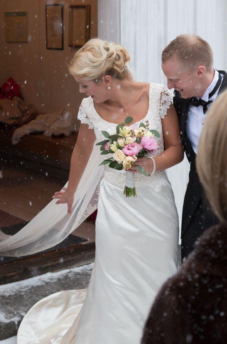Brudklänning i sidensatin från Grace of sweden med handbroderad släktslöja från 20-talet