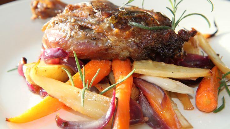 Hermetikk er perfekt mat på hytta. En boks andekonfit eller confit de canard blir festmiddag når Lise Finckenhagen tilbereder måltidet. Hun serverer andelår med rotgrønnsaker og rødvinssaus.