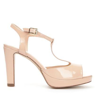 Syringa.  Högblank sandalett med öppen tå och T-strap. Klacken är hög med platå framtill under framfoten. Dasia är designade skor med feminina influenser, stilrena linjer och med kvinnan i fokus.
