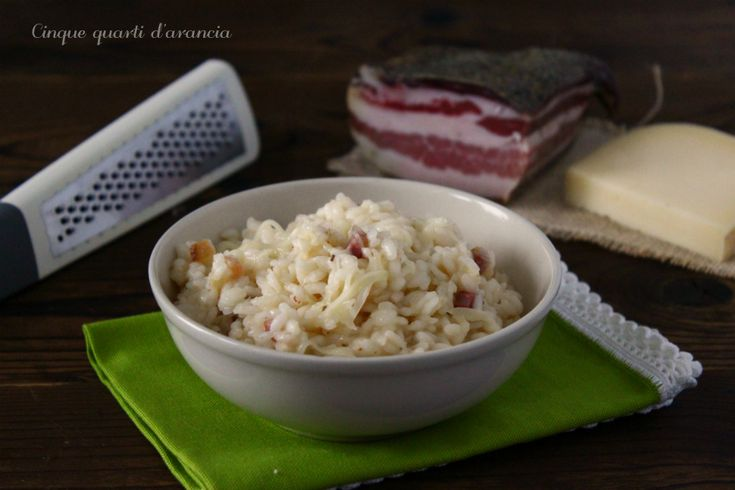 Il risotto pancetta e toma è un primo piatto dal sapore deciso, gustoso e semplice da preparare che unisce due ingredienti tipici del territorio italiano!
