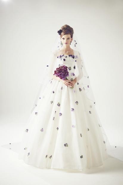 ガーデンウェディングにぴったり♡かわいいすみれの花のウェディングドレス