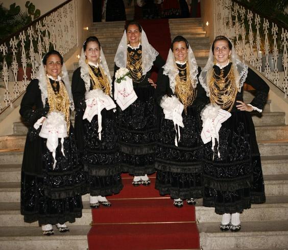 Noivas de Viana do Castelo, Minho. Portugal.  Típico traje de noiva