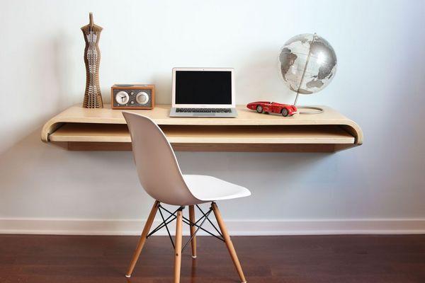 Консольные столики и подвесные столешницы занимают очень мало места, зато их можно использовать и как полноценный рабочий стол, и как полку. Стол с выдвижной полкой, дизайн: Orange22