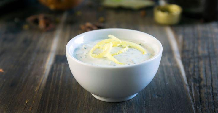 Fräsch sås som passar bra till grönt, kyckling och lamm. En majonnäsbaserad dressing som får sin goda smak av crème fraiche, citron, dragon och fond.