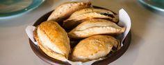 Pastes hidalguenses: dónde comerlos y cómo prepararlos en casa. Herederos de las antiguas tradiciones de la cocina inglesa, los pastes –una especie de empanada rellena–, son el platillo típico de esta región del estado de Hidalgo. ¡No dejes de saborearlos!