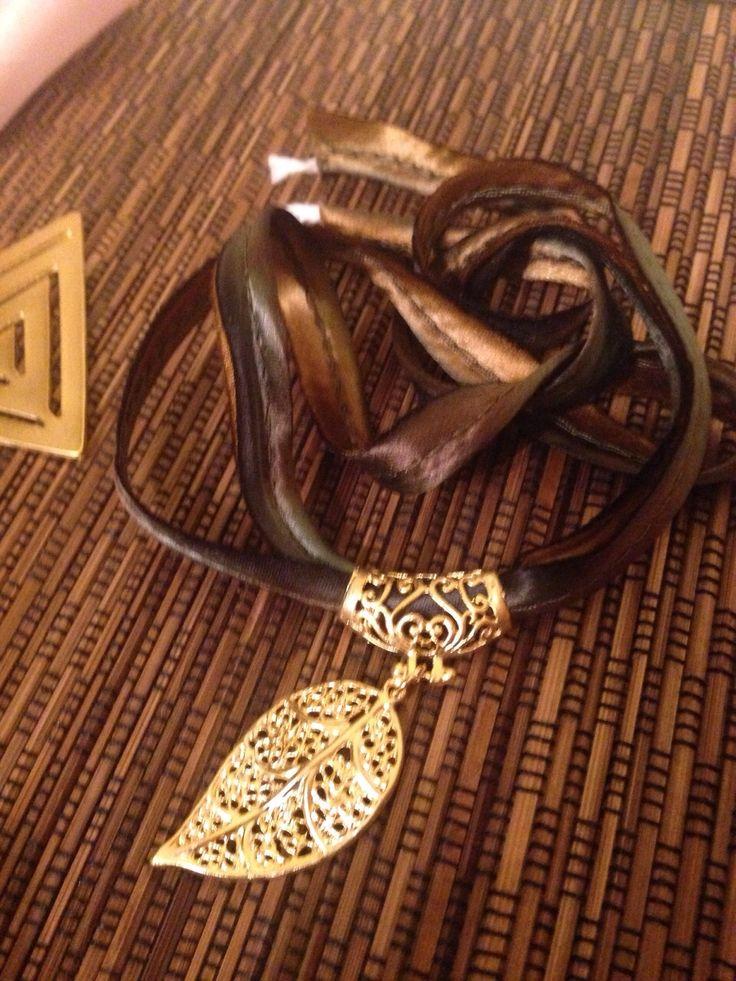 Colgantes chapados en oro con cinta de seda de www.greenlily.es. Ponte en contacto con nosotros para más info. #silk #silkribbon #seda #colgante oro