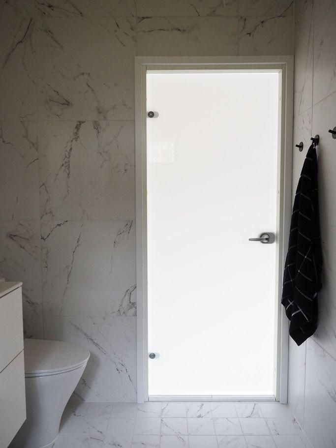 JELD-WENin Spa-malliston läpinäkymätön valkoinen lasiovi kylpyhuoneessa Lumi+ http://www.jeld-wen.fi/ovet/sisaovet/sisaovivalikoima/tuotesivu/?productId=19278