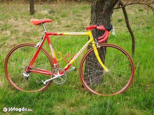 Eladó egy 2 szezont járt Pinarello országúti kerékpár, full Campagnolo Chorus szettel! (első tulajdonostól)  Évek óta nem használt, lakásban tartott!    Váz: Pinarello Galileo, aluváz  Vázméret: 56  Stucni (csőközéptől csőközépig): 12 cm  Fék, váltó, hajtás, agyak...: Campagnolo Chorus (9*2-es hajtás, hajtómű 52/39-es)  Felni: Mavic Cxp 33 (duplafalú, alu)  Gumi:Tufo  Ajándék pót racsni.  Megtekinthető Balatonak