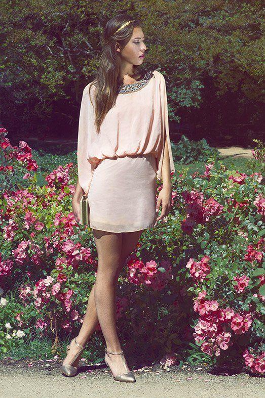 Vestido romántico de LA MORENA, zapatos metalizados de MARIA MARE y bolso de mano de MIMAO.