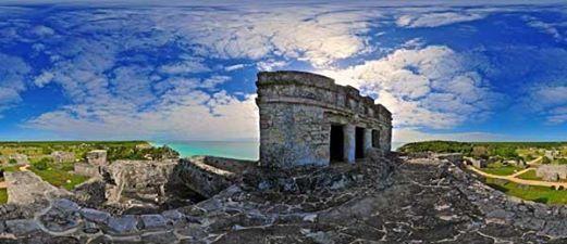 Город древних Майя Тулум раньше выполнял функции контролирующего центра, из которого велось наблюдение за торговым путем между полуостровом Юкатан и Гондурасом.  Тулум представляет собой руины крепости, возвышающиеся на вершине холма, прямо на краю обрыва. С этого место отрывается впечатляющий вид на Карибское море. Здесь же находится обсерватория, в которой древние майя изучали движение небесных тел.  http://rivieramaya.grandvelas.com/russian/