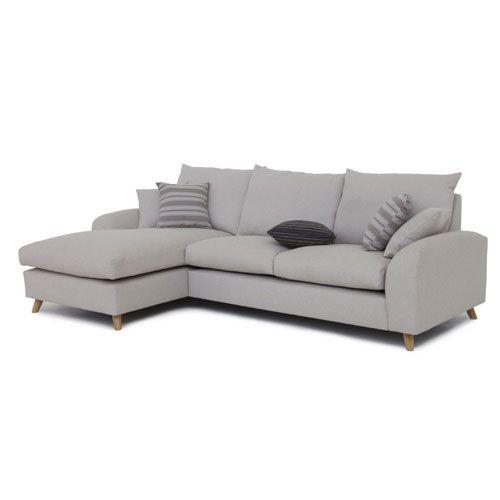 Canapé d'angle droit ou angle gauche en tissu 100% polyester beige Nordic Living, fabriqué en Europe qui affiche une ligne scandinave très réussie. Pied en chêne naturel