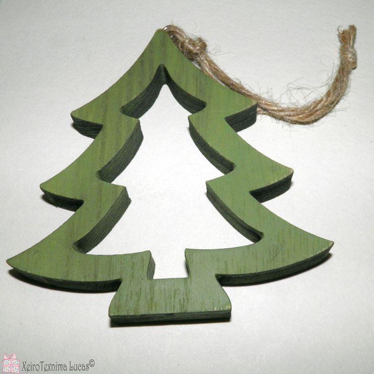 Ξύλινα χριστουγεννιάτικα στολίδια. Ξύλινο πράσινο έλατο ιδανικό για συσκευασίες δώρου ή διακόσμηση. Green wooden christmas ornament christmas tree.