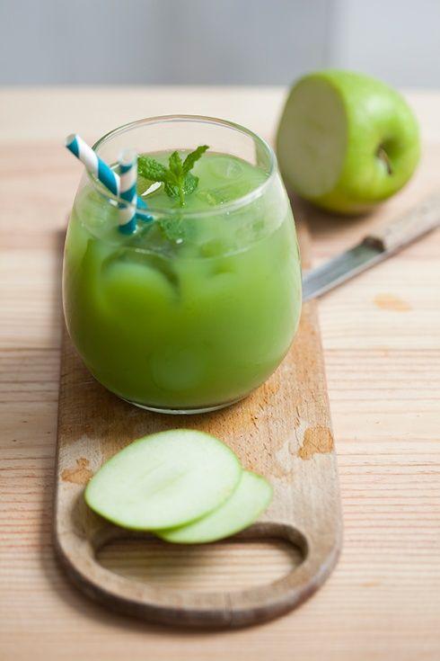 Koktajl z zielonych jabłek z limonką i miętą