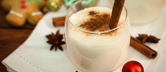 Το όνομά του τα λέει όλα! Είναι ένα χιονάτο και κρεμώδες κοκτέιλ με bourbon, κανέλα και μοσχοκάρυδο, κομμένο και ραμμένο για τις κρύες, χειμωνιάτικες νύχτες των γιορτών!