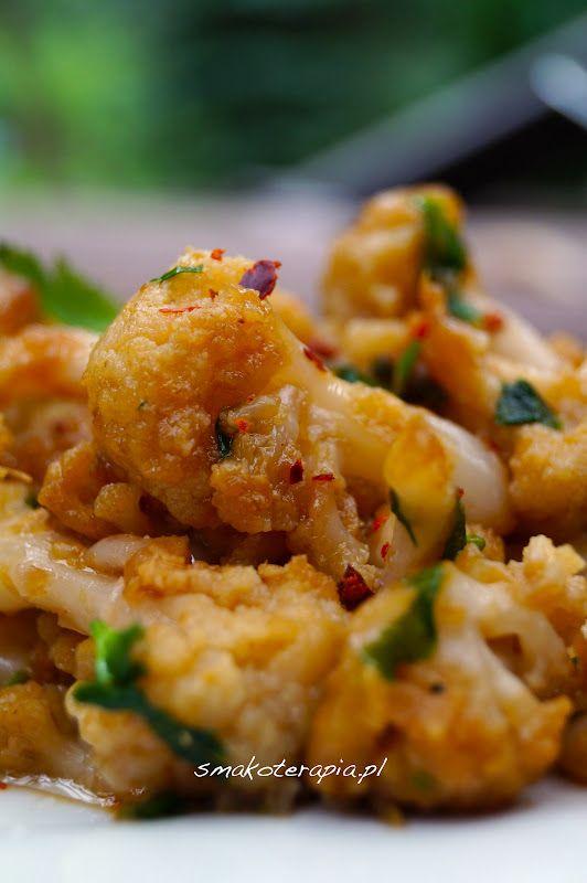kalafior (ugotowany al dente) pęczek zielonej pietruszki czosnek (2 ząbki) kurkuma (pół łyżeczki) kolendra (nasiona mielone, łyżka) sól  masło klarowane = podgrzać razem na patelni